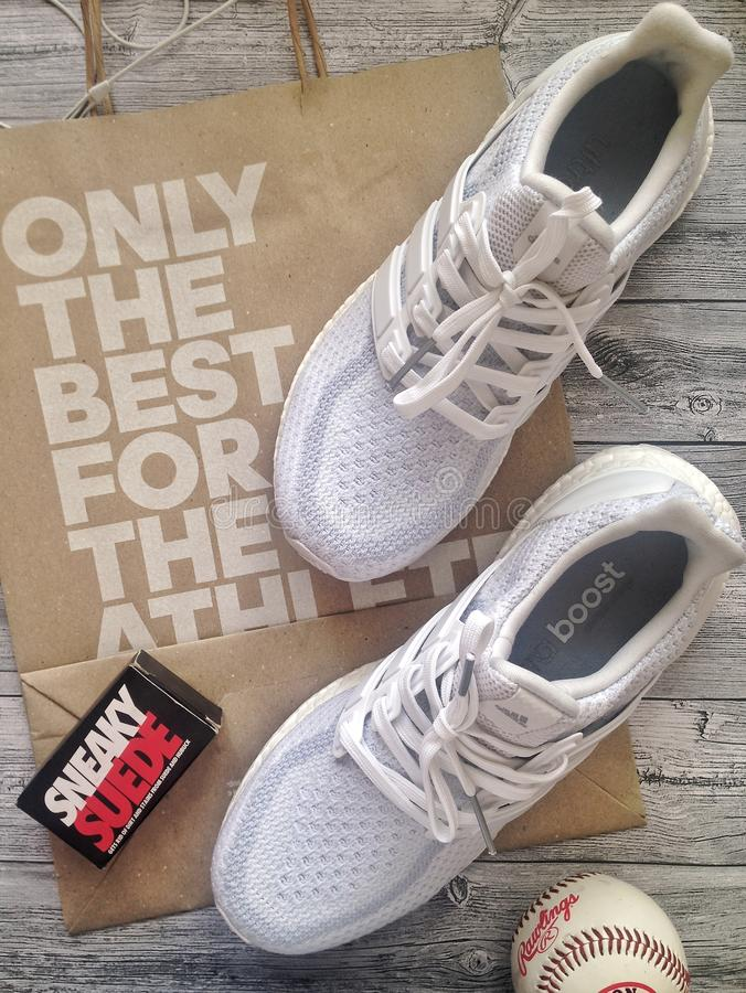 Odgórny widok, flatlay z Adidas sneakers zdjęcie stock