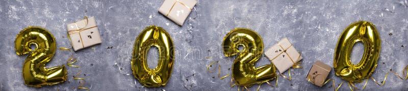 Odgórny widok foliowi złoci balony, nowego roku prezenta pudełka na popielatej powierzchni fotografia royalty free