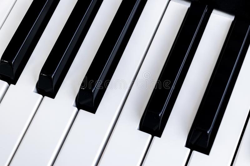 Odgórny widok fortepianowi klucze - na pianinie, blisko Zamknięty czołowy viTop widok fortepianowi klucze - na pianinie, blisko z zdjęcia royalty free