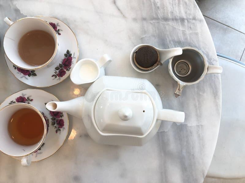 Odgórny widok gorÄ…ca herbata z mlekiem i sÅ'ojem, herbacianej przerwy czas na marmuru stole zdjęcie stock