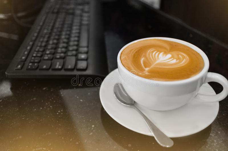 Odgórny widok gorąca kawowa cappuccino latte sztuka w białej filiżance na spotkanie stole zdjęcie stock