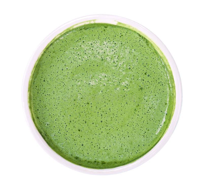 Odgórny widok gorąca matcha zielonej herbaty piana odizolowywająca na białym tle, ścinek ścieżka zdjęcia stock