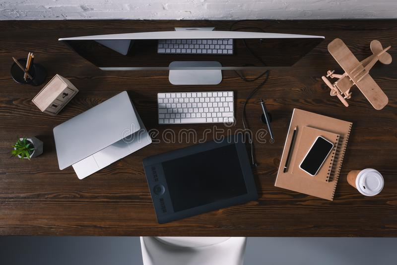 odgórny widok grafiki pastylka, laptop, smartphone i komputer stacjonarny, fotografia stock