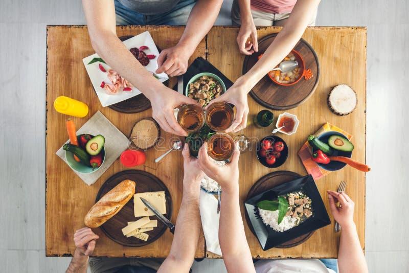 Odgórny widok, grupy ludzi obsiadanie przy stołem z jedzeniem, cieszy się napój fotografia royalty free