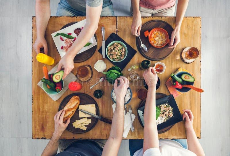 Odgórny widok, grupy ludzi obsiadanie przy stołowym mieć posiłek obraz royalty free