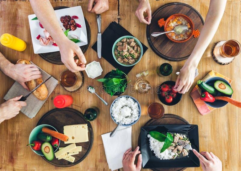 Odgórny widok, grupy ludzi obsiadanie przy stołowym mieć posiłek fotografia royalty free
