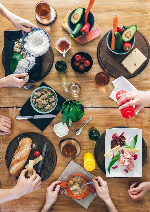 Odgórny widok, grupy ludzi obsiadanie przy stołowym mieć posiłek obrazy stock