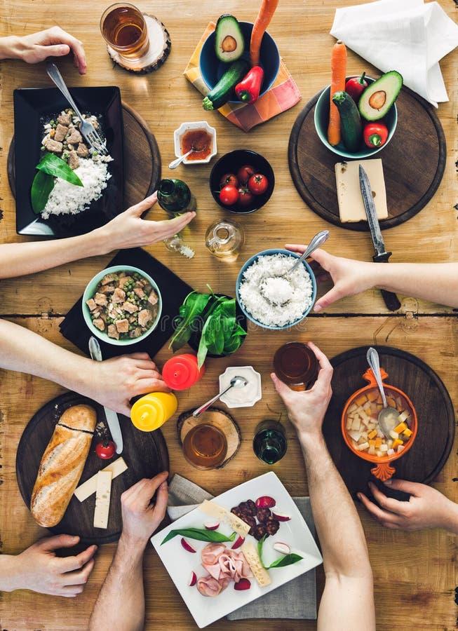 Odgórny widok, grupy ludzi obsiadanie przy stołowym mieć posiłek zdjęcia royalty free