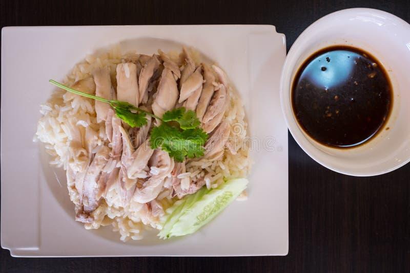 Odgórny widok Hainanese kurczak Rice Tajlandzki karmowy smakosz dekatyzował kurczaka z ryż, khao mun kai w drewnianym tle obrazy royalty free