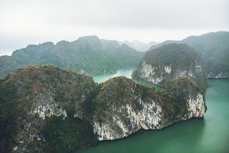 Odgórny widok Halong zatoka Wietnam pi?kny seascape z ska?ami i morzem zdjęcia stock