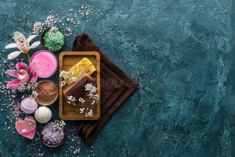 odgórny widok handmade mydło kwiatów morza ręczniki i sól zdjęcie royalty free