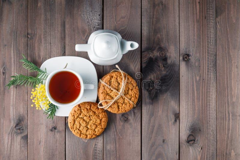 Odgórny widok herbaciana filiżanka z słodkim ciastkiem obrazy stock