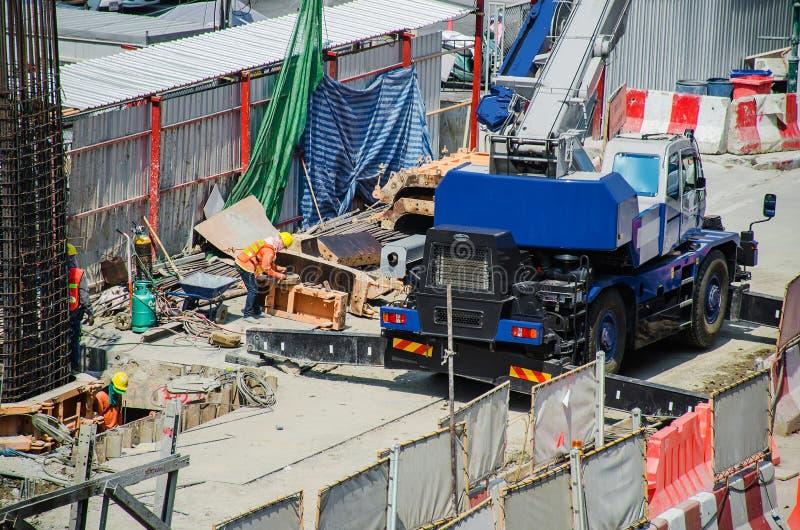 Odgórny widok i ciężarówki który psują się asfaltową drogę widziimy budowę pracowników pracować zdjęcia stock