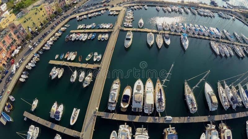 Odgórny widok jachty i łodzie cumował przy pięknym Włoskim miastem, wakacje obrazy stock
