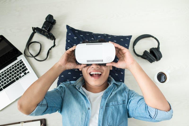 Odgórny widok jest ubranym rzeczywistość wirtualna gogle mężczyzna fotografia royalty free