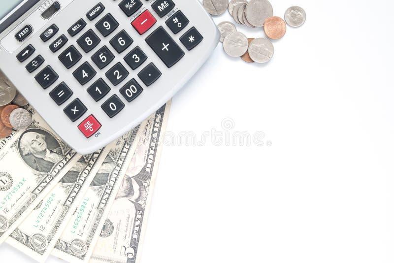 Odgórny widok kalkulator, monety i waluta, tapetujemy na białym backgr obraz stock