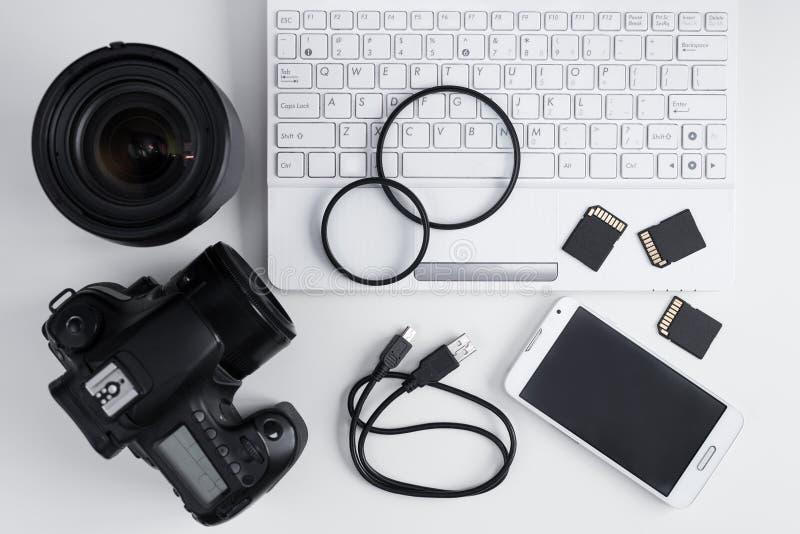 Odgórny widok kamera, obiektywy, fotografii wyposażenie i laptop nad whit, fotografia royalty free