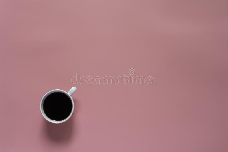 Odgórny widok kawa na różowej tła i kopii przestrzeni dla wszywka teksta fotografia stock