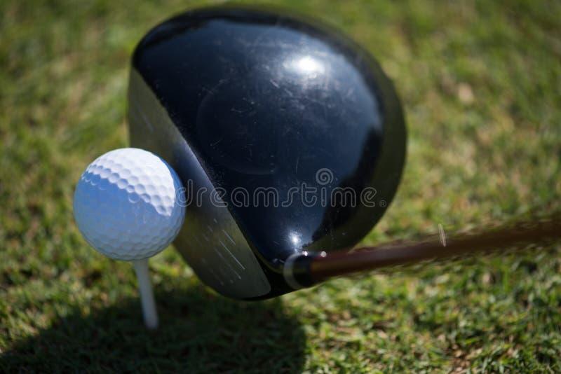 Odgórny widok kij golfowy i piłka w trawie obrazy stock
