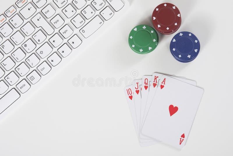 Odgórny widok klawiatura obok grzebak kart i układów scalonych obrazy stock