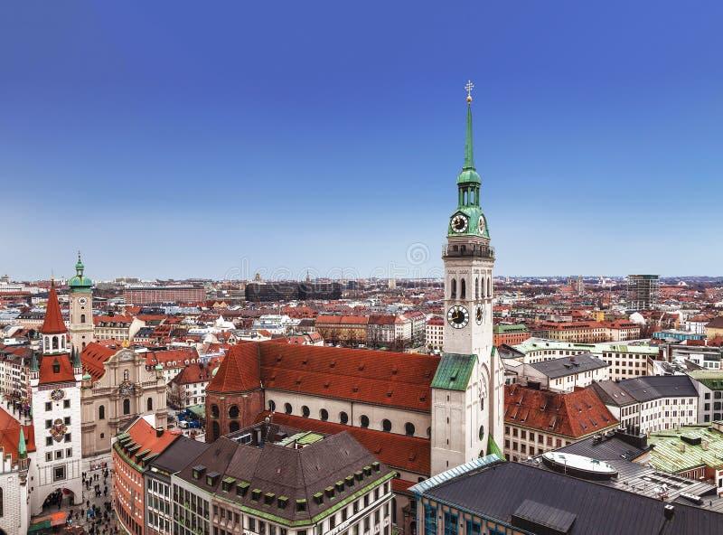 Odgórny widok kościół, stary urząd miasta i miasto budynki Monachium, St Peter, Bavaria zdjęcie stock