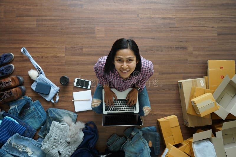 Odgórny widok kobiety pracuje laptop od domu na drewnianej podłoga obrazy stock