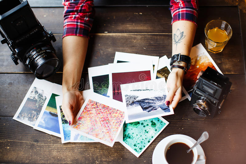 Odgórny widok kobiety ` s wręcza mienie drukować fotografie zdjęcia stock