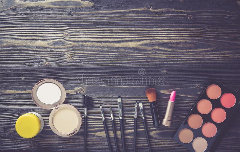 Odgórny widok kolekcja kosmetyczny makeup na drewnianym stołowym tle, produkt mody kosmetyczny pojęcie obrazy stock