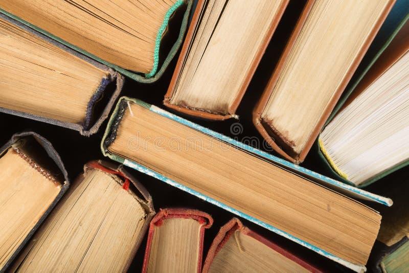 Odgórny widok kolorowe hardback książki Popiera szkoły kopii przestrzeń Edukaci tło zdjęcia stock