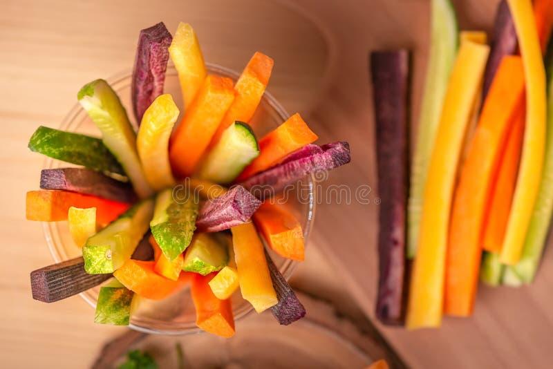 Odgórny widok kolorowe marchewki, ogórków warzywa julienned dalej obrazy stock