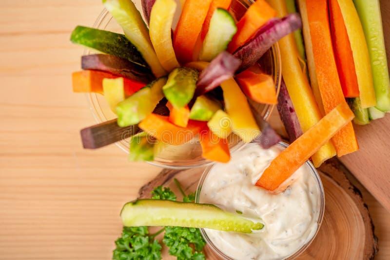 Odgórny widok kolorowe marchewki, ogórków warzywa julienned dowcip fotografia royalty free