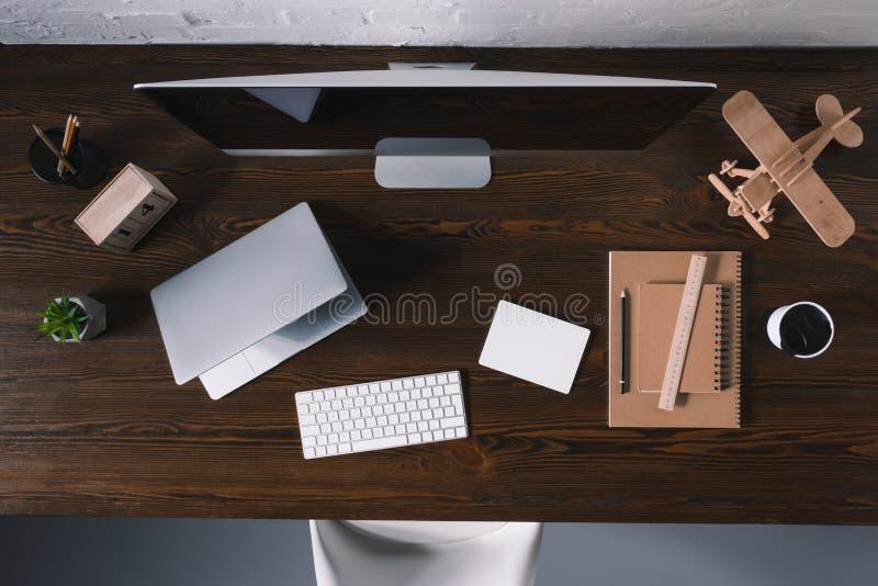 odgórny widok komputer stacjonarny, laptop i biurowe dostawy, obraz stock