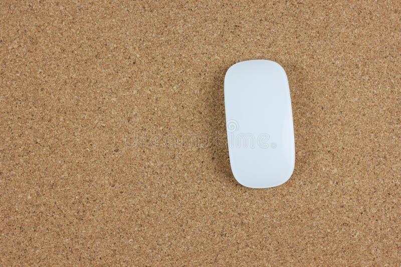 Odgórny widok komputerowa bezprzewodowa mysz na brązu korka desce obraz royalty free