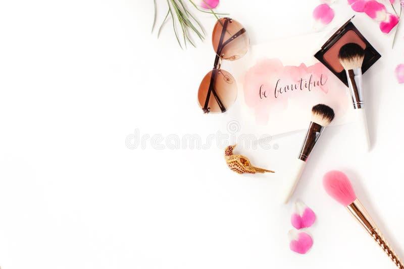 Odgórny widok kosmetyki i żeńscy akcesoria na bielu zdjęcie royalty free