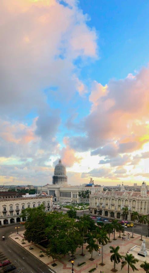 Odgórny widok Krajowego Capitol budynek i środkowy park na zmierzchu w stary Hawańskim Kuba zdjęcia royalty free