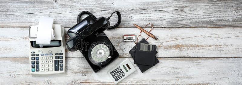 Odgórny widok który zawiera obrotowej tarczy telefon i starych komputerowych dane urządzenia pamięciowe plus kalkulatorzy rocznik obrazy royalty free