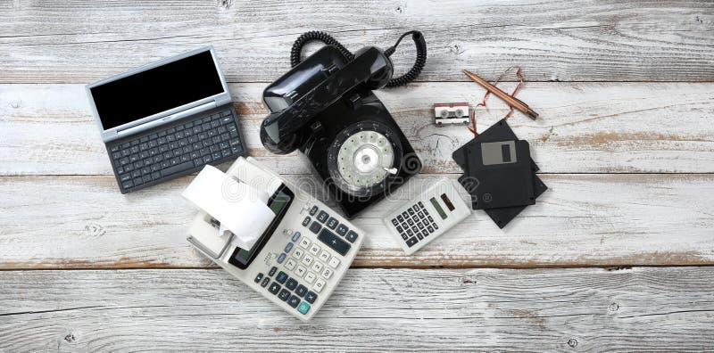 Odgórny widok który zawiera obrotowej tarczy telefon i starych komputerowych dane urządzenia pamięciowe plus kalkulatorzy przesta zdjęcie royalty free