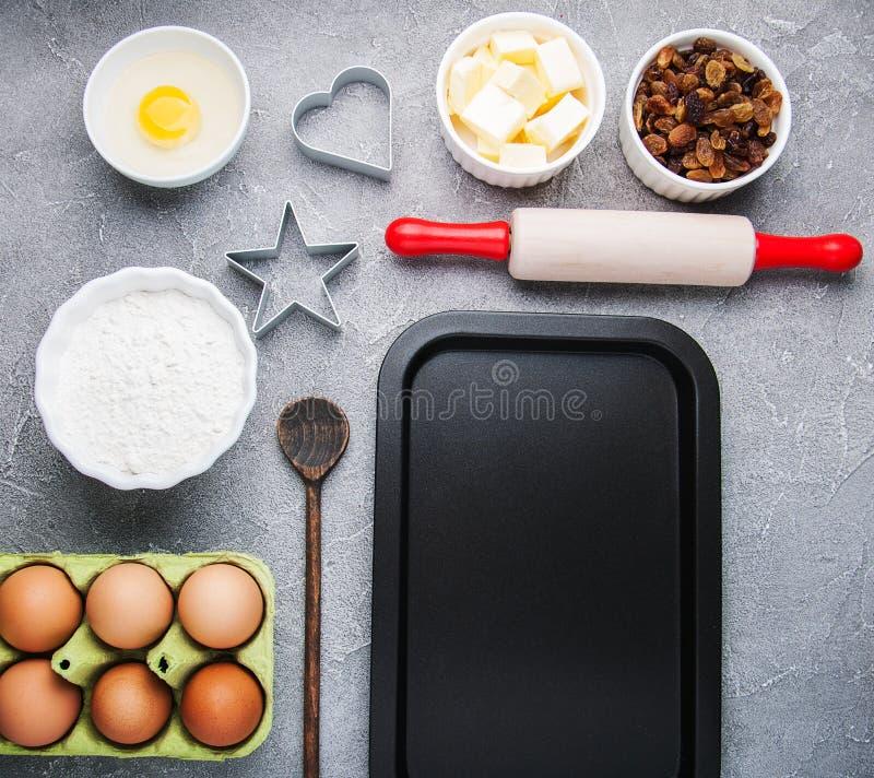 Odgórny widok kuchenny stół z wypiekowymi składnikami zdjęcia royalty free