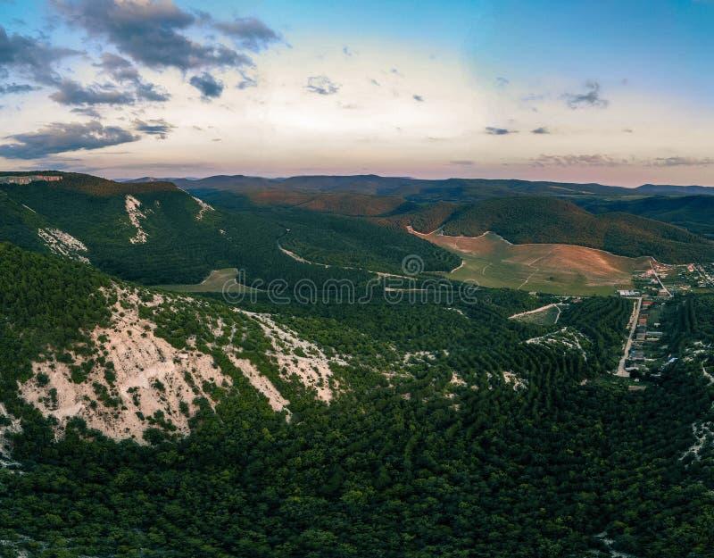 Odgórny widok lasy, góry i wioska zieleni, crimea obrazy royalty free