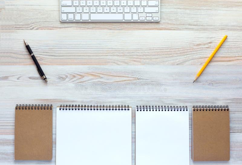 Odgórny widok lekki drewniany biurko z klawiaturą i materiały zdjęcia stock
