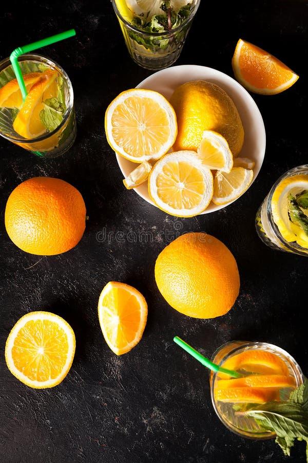 Odgórny widok lemoniada i oranżada zdrowi i wyśmienicie fotografia royalty free