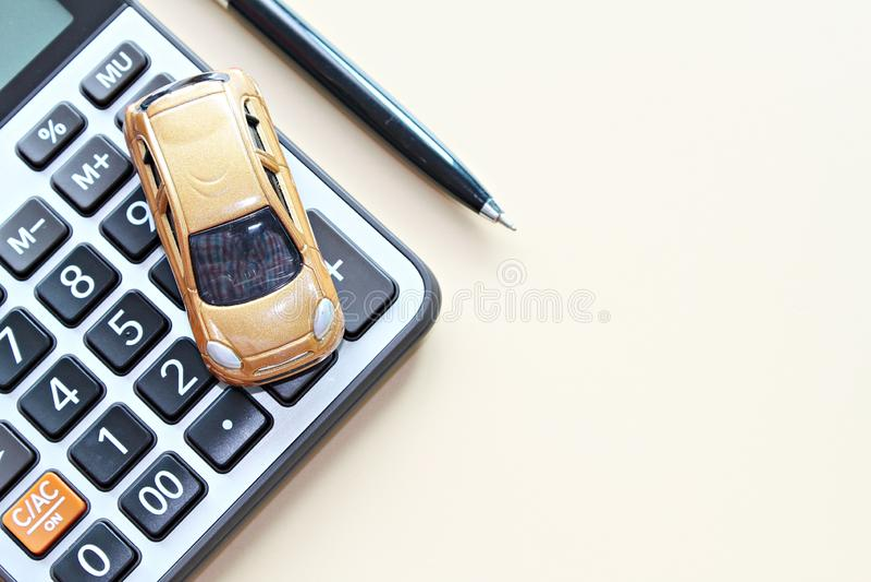 Odgórny widok lub mieszkanie nieatutowi miniaturowy samochodu model, kalkulator i pióro na biurowego biurka stole z kopii przestr zdjęcie royalty free
