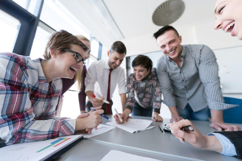 Odgórny widok ludzie biznesu grupuje brainstorming na spotkaniu obrazy stock
