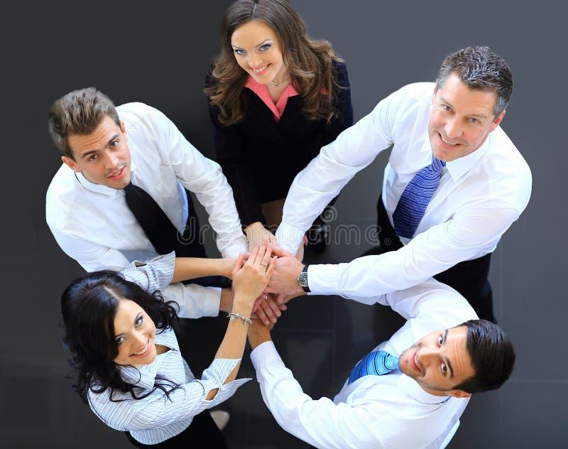 Odgórny widok ludzie biznesu z ich rękami