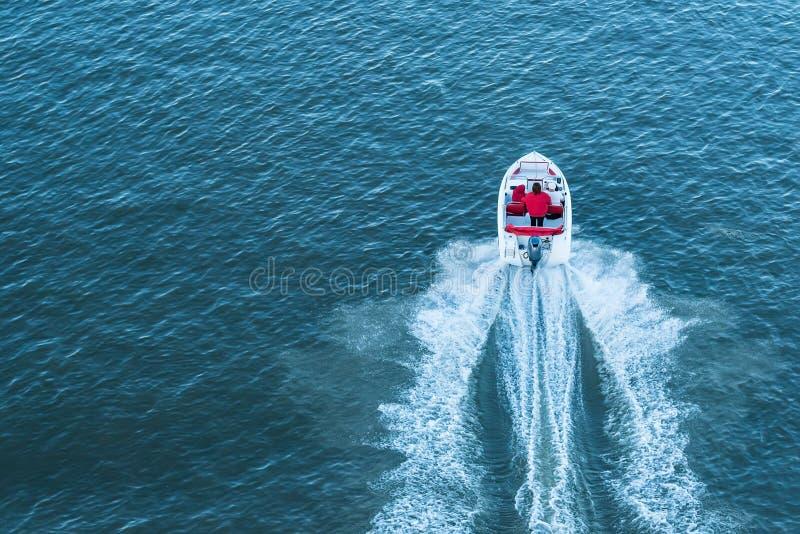 Odgórny widok ludzie w małej motorowej łodzi na rzece obraz royalty free