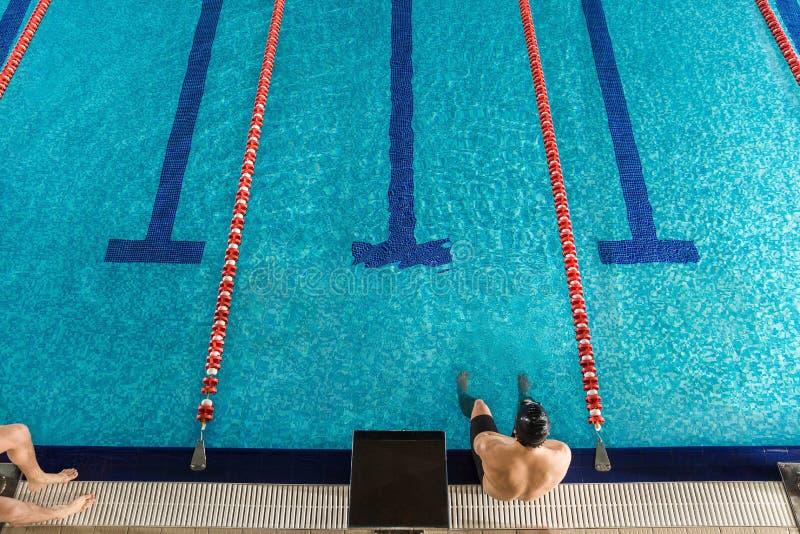 Odgórny widok męski pływaczki obsiadanie fotografia stock