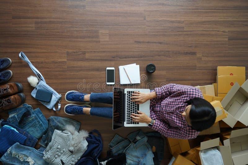 Odgórny widok małego biznesu właściciela kobiety pracuje laptop zdjęcia royalty free