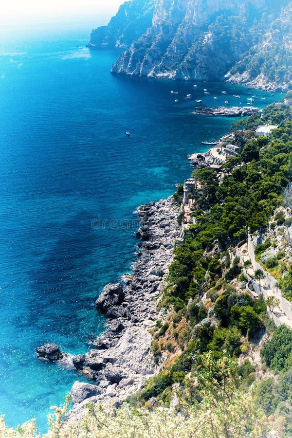 Odgórny widok Marina Piccola podpalany i Tyrrhenian morze w Capri wyspie - Włochy fotografia stock