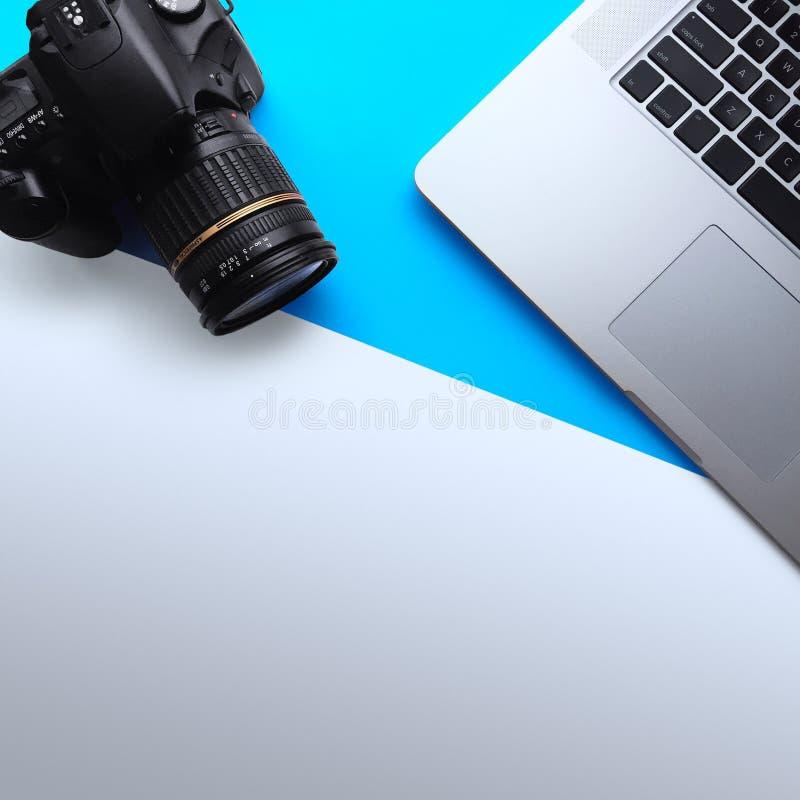 Odgórny widok Minimalna pracy przestrzeń z laptopem i kamerą obraz royalty free