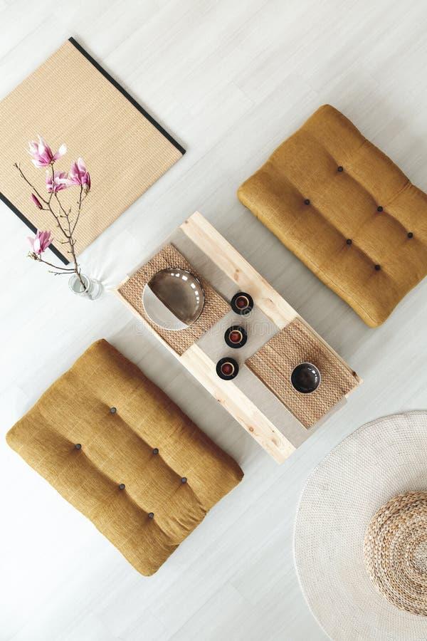 Odgórny widok na drewnianym stole z filiżankami między poufs w jadalni obraz stock